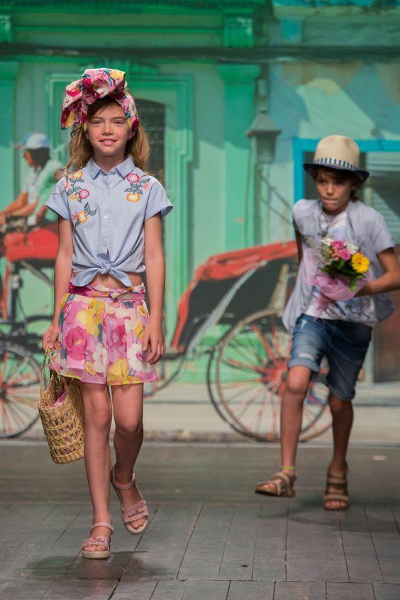 2d2af5cfcd0 ... είναι στη μόδα και τα floral αξεσουάρ όπως μαντήλια, κορδέλες για τα  μαλλιά και γλυκιές τσάντες. Τα ανοιξιάτικα trends στα κοριτσίστικα παιδικά  ρούχα