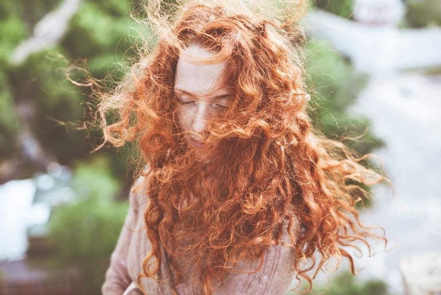 Έχετε σγουρά μαλλιά; Τότε μην κάνετε αυτά τα λάθη