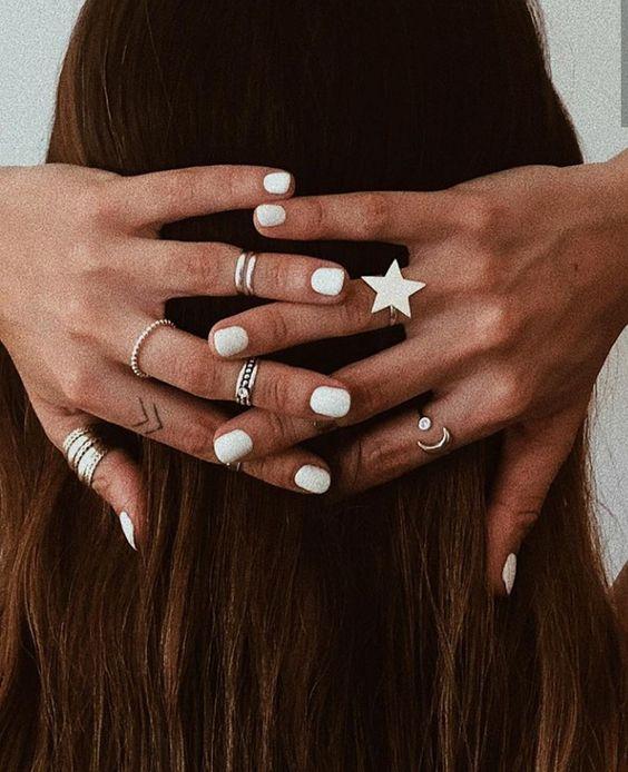 Τα λευκά νύχια είναι must αυτό το καλοκαίρι