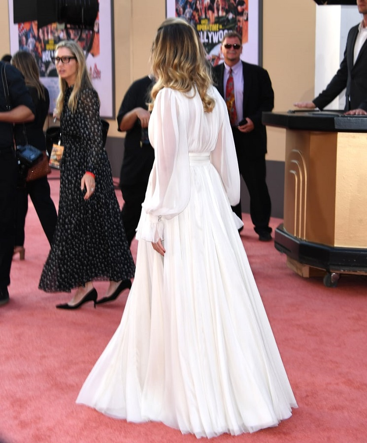 H Margot Robbie απογείωσε τη γαλλική φινέτσα με Chanel