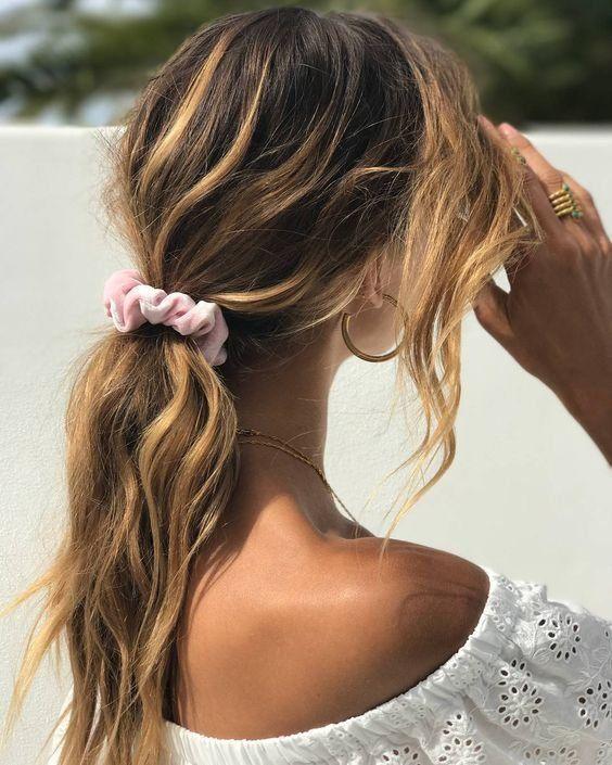 Τα αξεσουάρ μαλλιών που χρειάζεσαι σε αυτές τις διακοπές