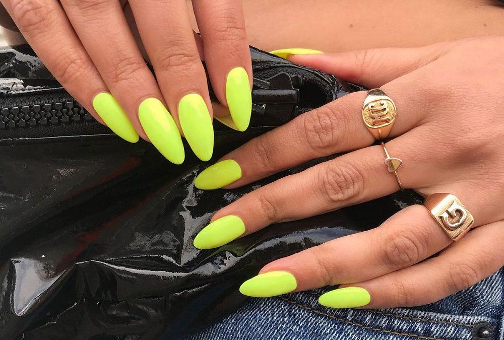 Τα neon νύχια αποτελούν hot, καλοκαιρινό trend