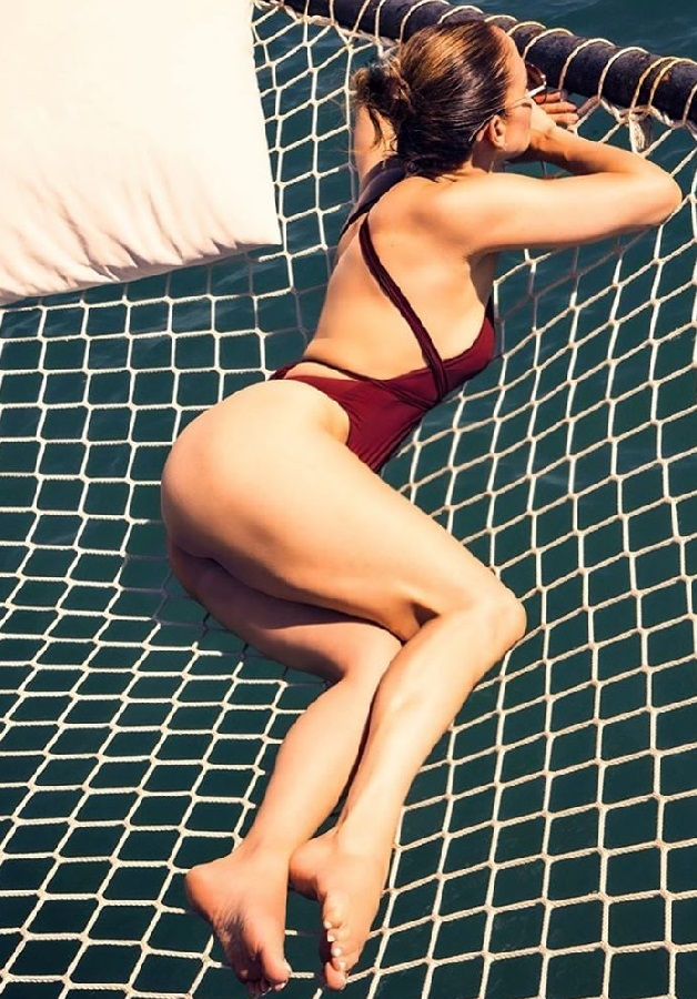 Η Jennifer Lopez ποζάρει με μαγιό και μας κόβει την ανάσα