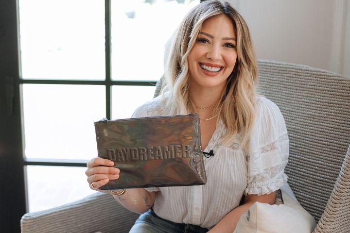 H Hilary Duff κυκλοφορεί τη δική της make up collection