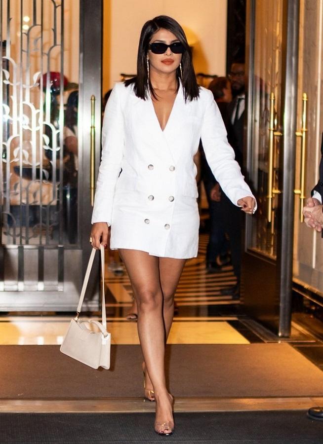 To mini tuxedo φόρεμα της Priyanka Chopra θα γίνει τάση;