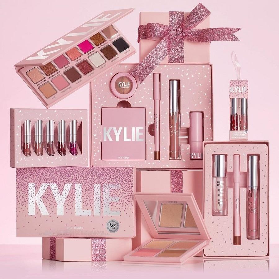 Η Kylie Jenner με νέα εορταστική συλλογή