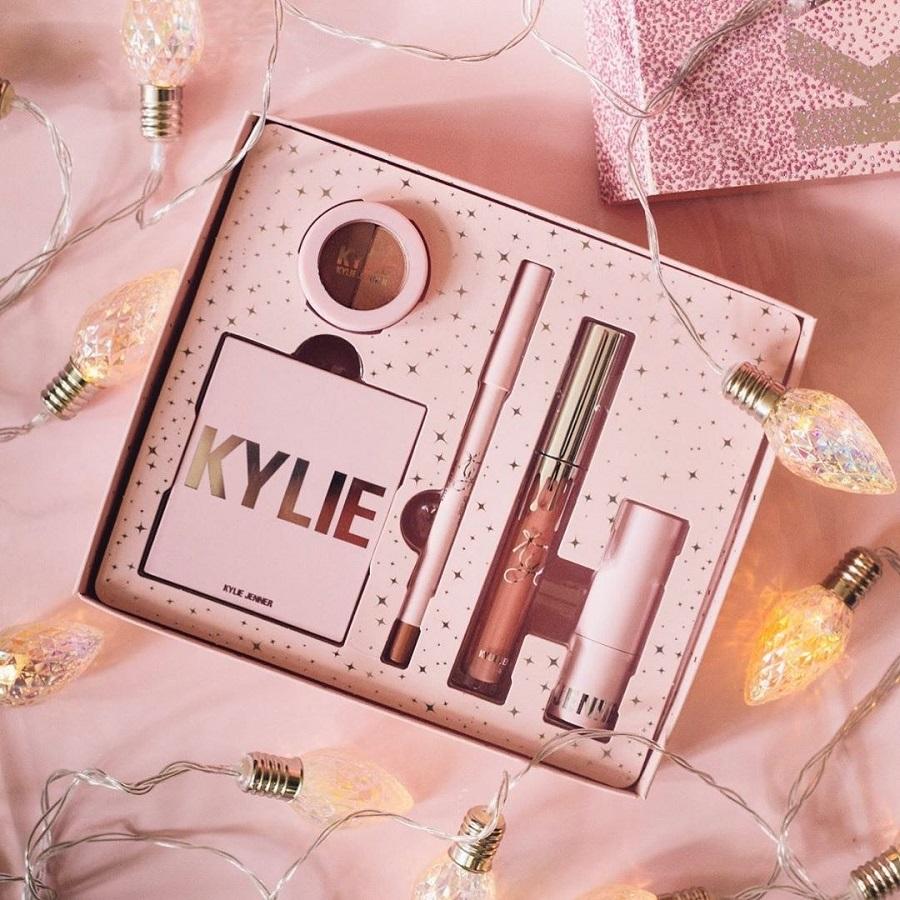 Η Kylie Jenner κυκλοφορεί νέα εορταστική συλλογή καλλυντικών