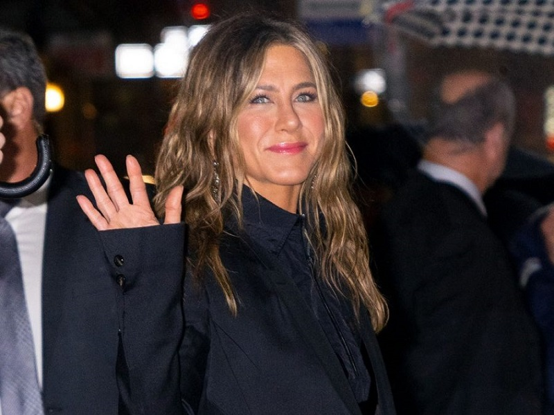 H Jennifer Aniston απογειώνει το slip dress