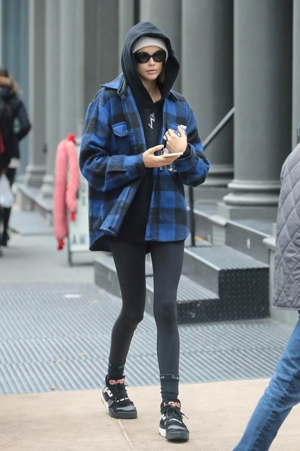 Η Kaia Gerberαπογειώνει το street style look