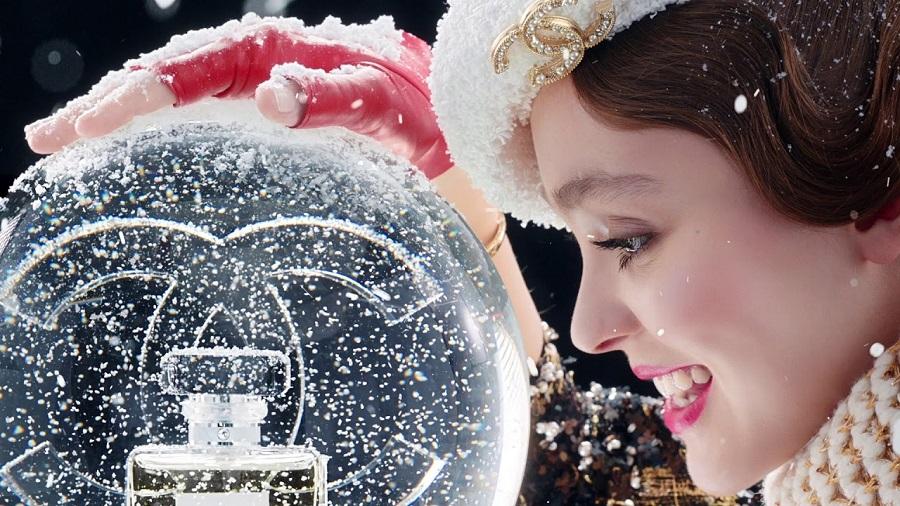 H Lily Rose Depp μας φέρνει τη χριστουγεννιάτικη μαγεία