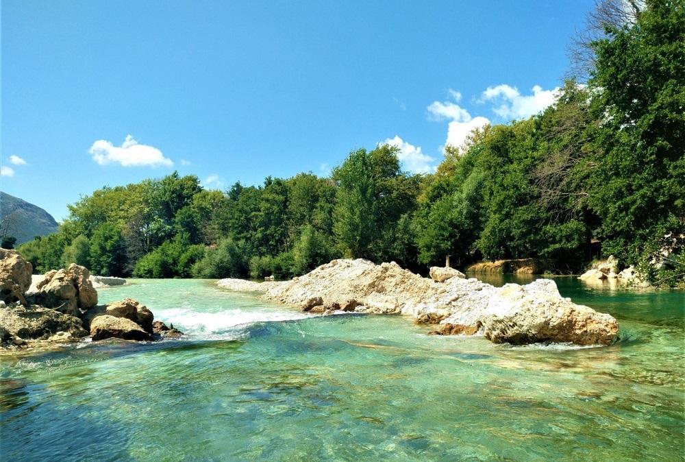 Λίμνη Αχέροντα: Απόδραση στα μυθικά, κρυστάλλινα νερά του