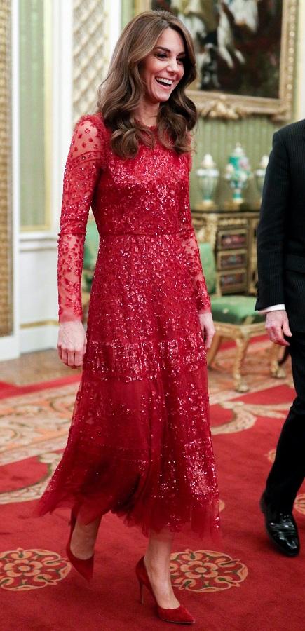 H red chic ερφάνιση της Kate Middleton στο Buckingham Palace