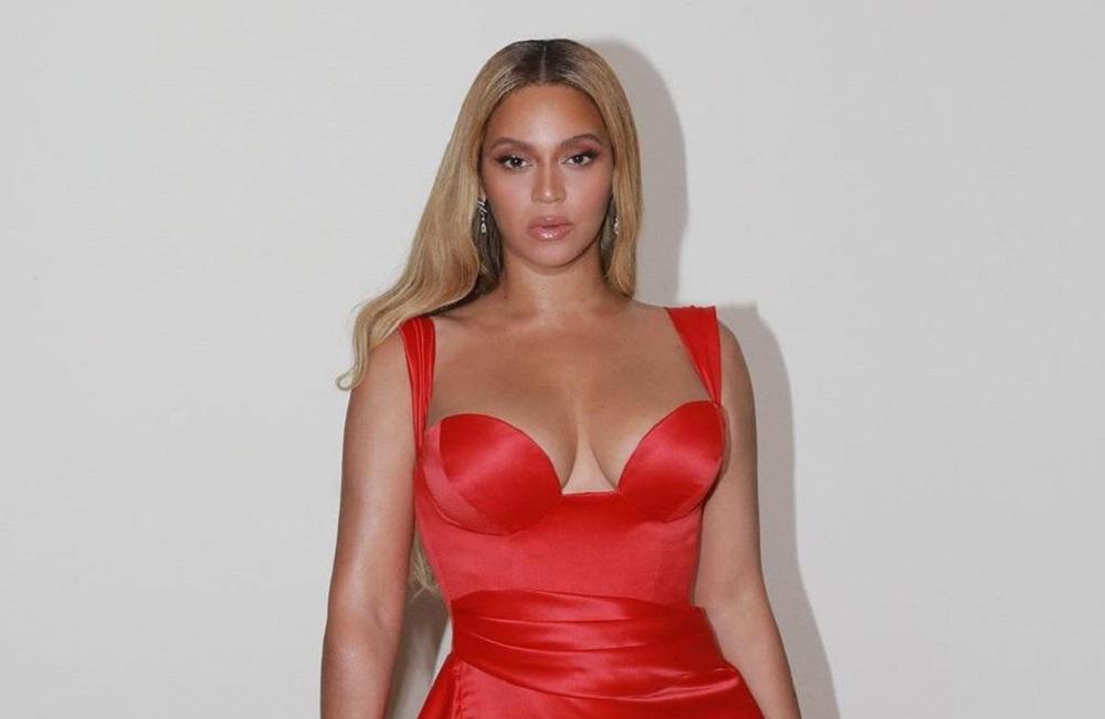H Beyoncé αναστατώνει τα πλήθη με την κόκκινη τουαλέτα της