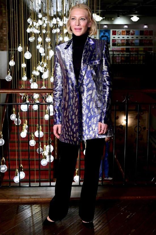 Η Cate Blanchett απογειώνει το metallic jacket