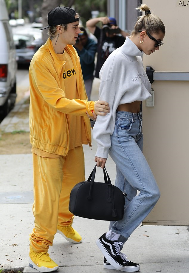 Η stylish - casual εμφάνιση της Hailey Bieber