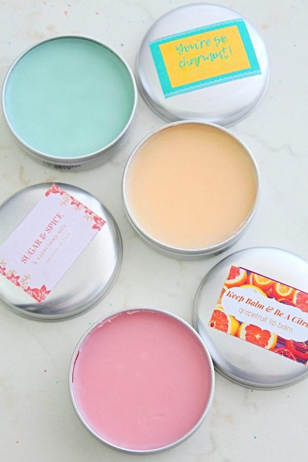 Φτιάξτε μόνες σας ενυδατικά balms για τα χείλη με φυσικά υλικά.