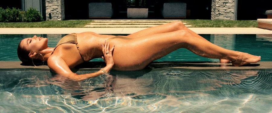 Η Khloe Kardasian διαφημίζει μαγιο και δείχνει το αψεγάδιαστο κορμί της