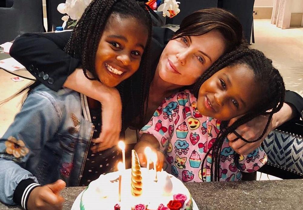 Η Charlize Theron μας δείχνει περήφανη τις κόρες της