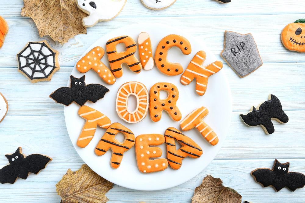 H Kylie Jenner δείχνει πώς θα φτιάξουμε Halloween μπισκότα
