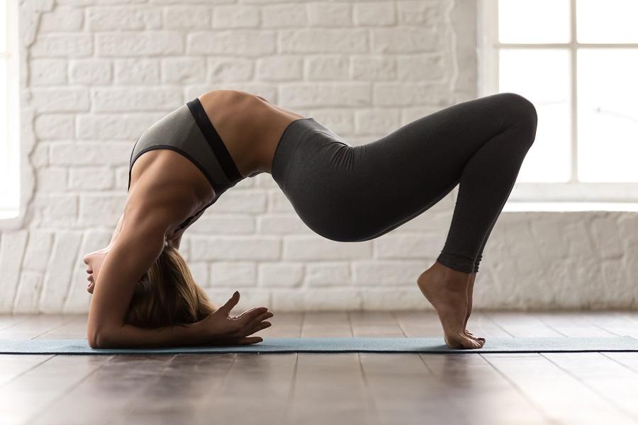 Το πρόγραμμα power yoga που θα λατρέψεις