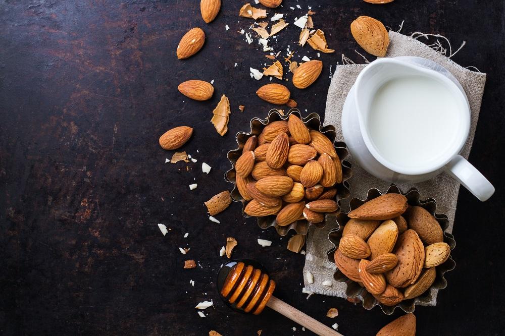 Εύκολη συνταγή για σπιτικό γάλα αμυγδάλου