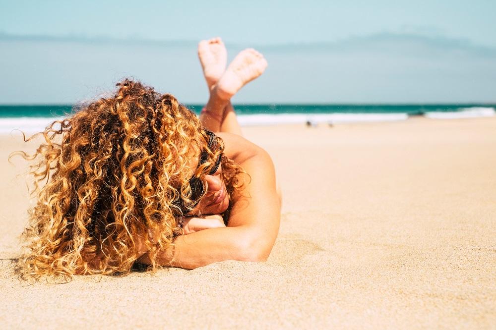 Η μάσκα που χρειάζονται τα μαλλιά σου μετά τη θάλασσα